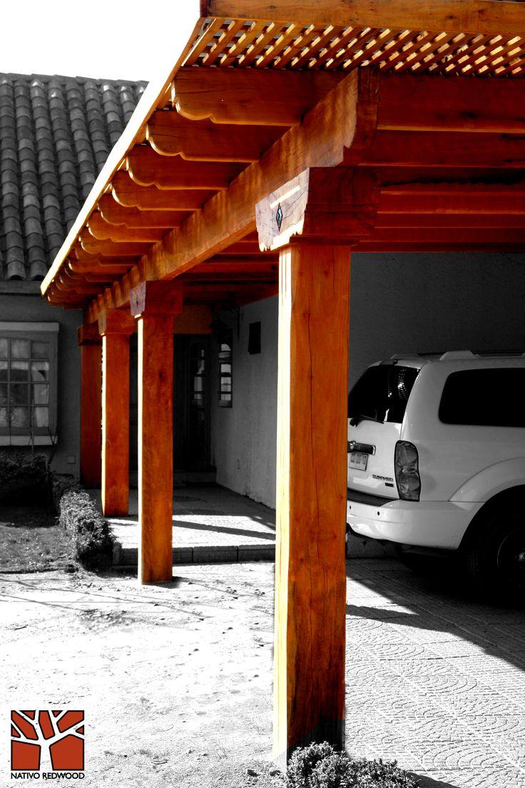 Nativo Redwood. Estacionamiento en casa de Chicureo, con estructura de maderas nativas en roble rústico con vigas con punta de can dibujadas, sopandas con tocetos de fierro. www.nativoredwood.com contacto@nativoredwood.com