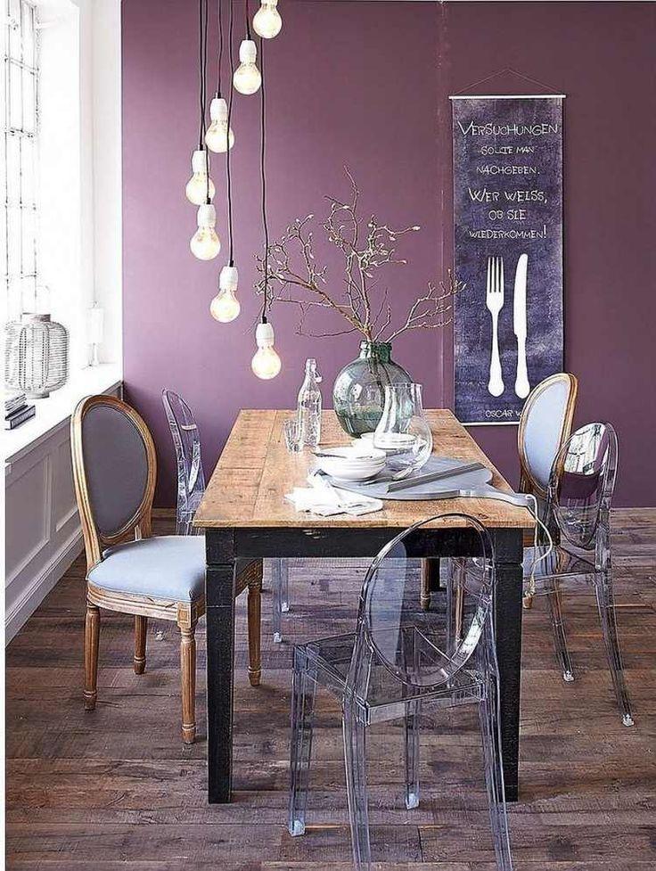 murs en mauve, suspension ampoule, table rectangulaire en bois brut et chaises assorties