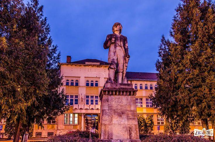"""""""Actuala statuie din Piața Revoluției, Baia Mare, a fost dezvelită în 1958 și înlocuiește o statuie aproape identică, amplasată aici cu 7 ani în urmă. Motivele înlocuirii statuii rămân însă un mister…""""  Continuarea poveștii o poți afla pe: http://zigzagprinromania.com/piata-revolutiei"""