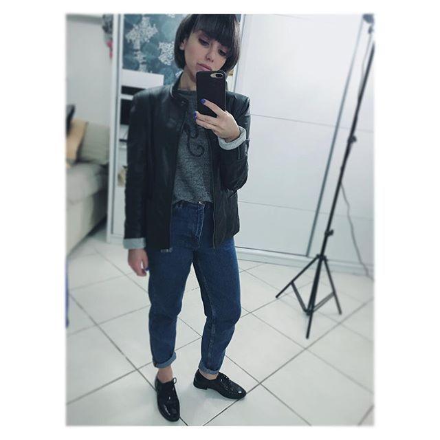 Numa releitura dos anos 90, o mom jeans destaca-se novamente como item de moda. Para quem sente dificuldade na hora da produção, a dica fica na escolha de uma peça statement em conjunto com a calça. O mom jeans em harmonia com o oxford em verniz e jaqueta de couro, por exemplo, deram um refresh na construção do look street style. Conforto e estilo máximo para todos os corpos, tamanhos e padrões. #vistasedevocê #momjeans #backto90s #dêumlikenoespelho
