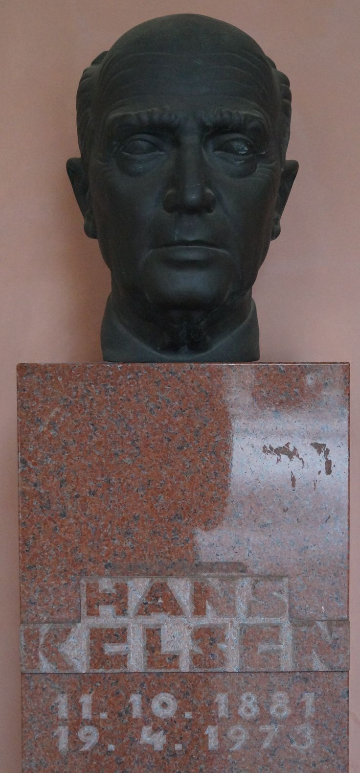 Buste d'Hans Kelsen à l'Université de Vienne.