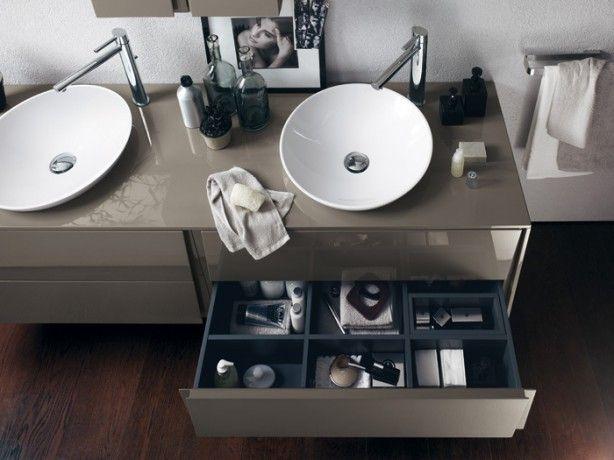 Zoom sui lavabi del nuovo marchio di arredo bagno BLU Scavolini - Nell'immagine un particolare dei lavabi tondi del nuovo marchio di arredo bagno Blu Scavolini