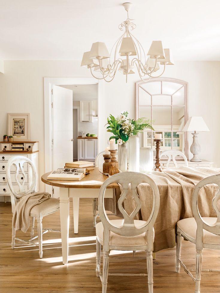 El comedor. La mesa y las sillas a juego proceden de su anterior vivienda, son de Oficios de Ayer. Los candelabros de madera son de Fronda.