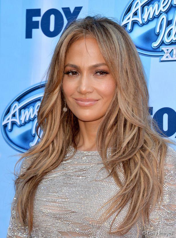 Jennifer Lopez aposta em leves ondulações nos cabelos repicados para adicionar mais volume ao visual