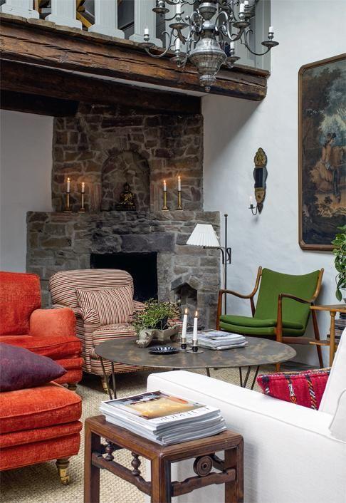 Olohuone on kahden kerroksen korkuinen. Kivimuuratun tulisijan yläpuolella on parvi. | Vanhan ja uuden liitto | Koti ja keittiö | Paula Ilvetsalo | Kuva Jenni Justiina Niemi