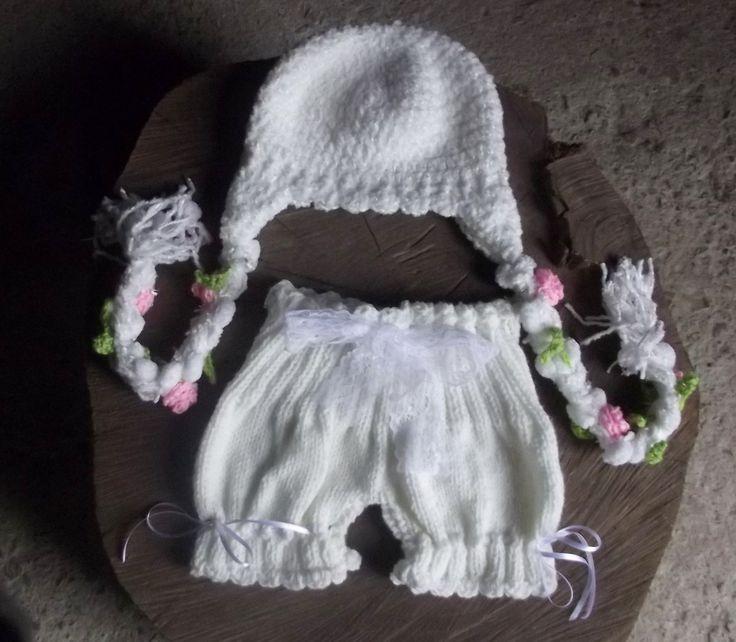 Conjunto de shorts confeccionado em tricô e gorro confeccionado em crochê em fios antialérgicos. <br>detalhe - fitas, rendas <br>cor - branco <br>tamanhos - RN/ 1 a 3 / 3 a 6 / 6 a 9 meses