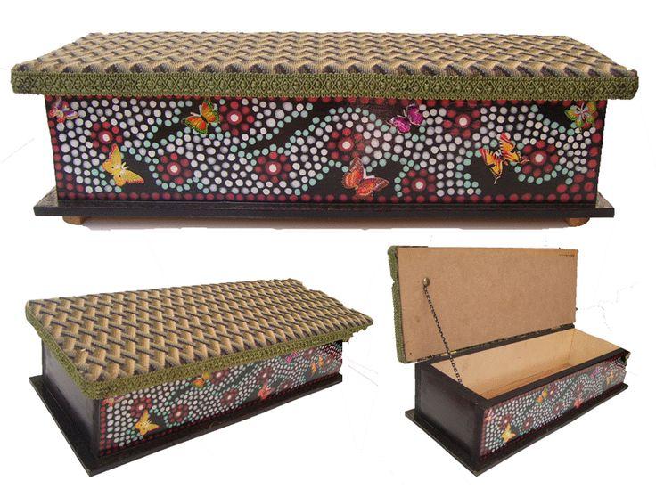 CLAF- Lindo Cofre en Puntillismo Verde (COD 512 - Cofre) En madera MDF. Pintado y barnizado. Tapa acolchada y tapizada. Medidas: - Frente: 38 cm - Ancho: 14 cm - Alto: 11 cm Precio: $ 5.500 www.claf.cl