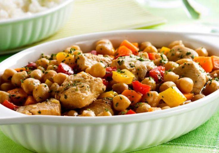 A receita de grão-de-bico com frango e legumes é uma ótima opção para variar no menu!