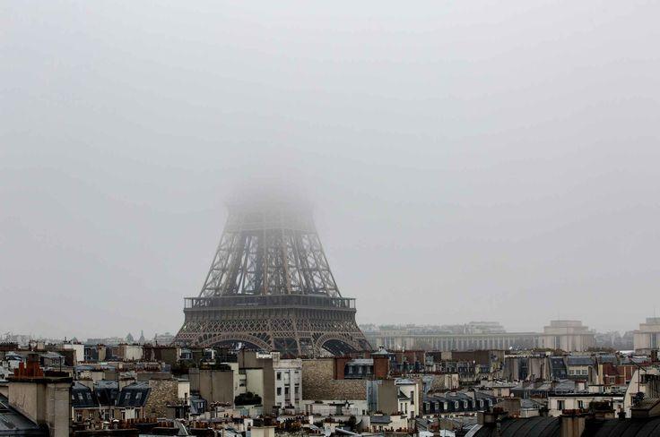 La Tour Eiffel s'est effacée le 2 novembre dans un nuage de pollution.La concentration de particules fines PM10 (diamètre inférieur à 10 microns) était comprise entre 35 microgrammes et 50 microgrammes par mètre cube au maximum selon Airparif, le niveau d'information étant atteint en cas de concentration supérieure à 50 µg/m3.