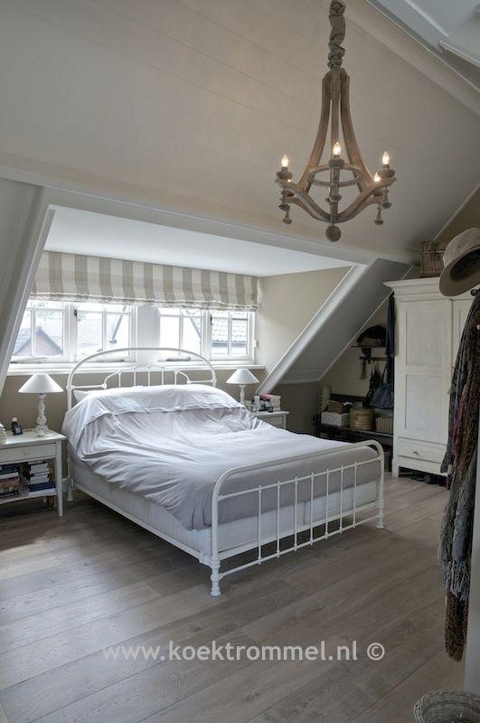 slaapkamer met antiek Frans bed en Hoffz kroonluchter