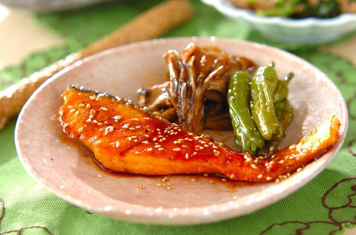 焼いた鮭にコチュジャンをからめて甘辛い味付けに。ご飯がすすむ一品です。鮭の韓国風照り焼き[エスニック料理/焼きもの、オーブン料理]2011.01.24公開のレシピです。
