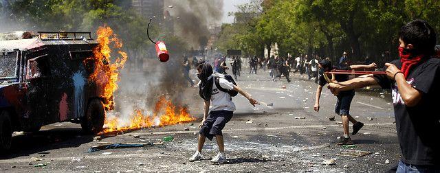 19 de Octubre de 2011/SANTIAGO Encapuchados se enfentan con carabineros en el sector de Blanco Encalada, comuna de Santiago. FOTO:MARIO DAVILA/AGENCIAUNO