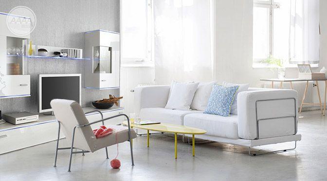 Białe meble z połyskiem w salonie
