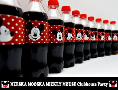 Omg this gave me an awesome idea!  Find Disney fabric or iron ons and make this in fabric with Velcro for everyone's water bottles in Disney so you can tell them apart!!!!