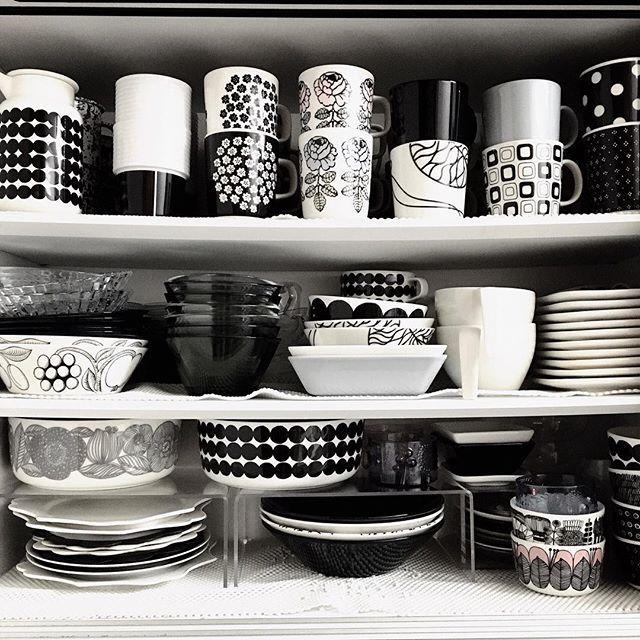 2016.10.24 . おはようございます✨ . 相変わらずパンパンな食器棚に . ヴィヒキルースのマグカップが仲間入り😍💕 . 食器棚の中身は使わない物は断捨離して入れ替えていますが、大好きなマグカップだけは増える一方💦 . 今日も頑張ります👍 . . #marimekko #marimekkohome #tableware #iitala #北欧食器 #食器棚 #食器貧乏 #マリメッコ #イッタラ #アラビア #白黒食器 #ヴィヒキルース #プケッティ #vihkiruusu #puketti #rasymatto #マグカップ