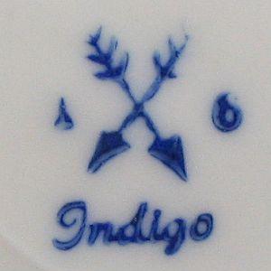 spitzwinkelig gekreuzte Pfeile, darunter Indigo