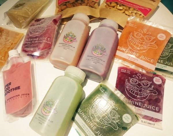 《 恵比寿 渋谷 六本木 》5月21日(土)よりサンシャインジュース全店でクリーンイーティングセットが登場します!クリーンイーティングセットは「クリーンな食生活を取り入れたいけど予定もあるしクレンズは難しい」「良質な野菜の栄養はたっぷり摂りたいし食事もしたい」という方などでも取り入れやすいメニューとなっています。 特にウィークエンドセットは、サンシャインジュースが自信を持っておすすめするコールドプレスジュースやビーガンスープ、スーパーフードスムージー、フローズンジュースなどを組み合わせたセットで週末2日分が1回でピックアップできるのでお手軽さ。またリセットイエスタデイセットなら、前日の暴飲暴食やハードなパーティナイトをスッキリリセットしたい方にナチュラルショット+ジュース、スープ、スムージーからお好きなものを2種選んで頂けるので、手軽にお得にお楽しみ頂けます。良質な野菜のクリーンな栄養素を体に取り入れることで、日頃の食生活を見つめなおしてみてください。一時的な変化ではなく、継続的な意識の変化、体調の変化に結びつくと思います!