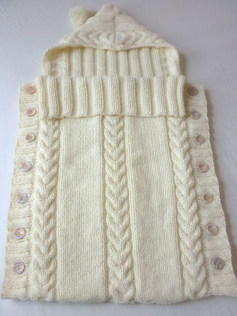 12272dd8ea91 Lindo porta bebé con capucha tejido en dos agujas y decorado con ...