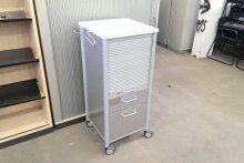Aktencaddy in silbergrau | 140 x verfügbar    Hersteller:VS Büromöbel    1Ablagefach    1 Schublade    1 Hängregistraturfach    seitlicher Bügelgriff in stahl poliert    feststellbare Rollen    gebraucht   ...