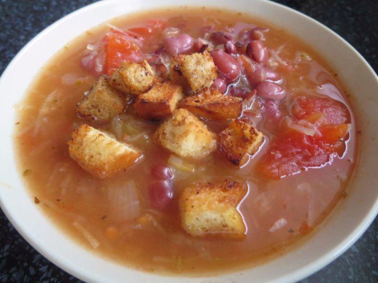 Fotorecept: Fazuľová polievka s cesnakovými krutónmi