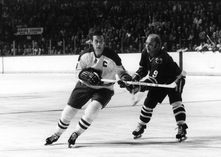 1971 – Au Forum de Montréal, Jean Béliveau, alors à sa dernière saison, se défait de Bobby Hull, des Blackhawks de Chicago. Photo : Melchior DiGiacomo/Getty Images