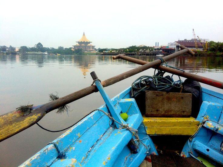 [Kuching in 10 scatti] Una città ordinata, calma, raccolta. Sulla costa del Borneo malese, nel Sarawak, attraversata dal fiume Santubong. Kuching in lingua locale significa gatto. Kuching è quieta.