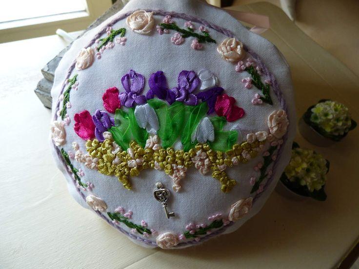 Iris et fleurs brodées aux rubans.