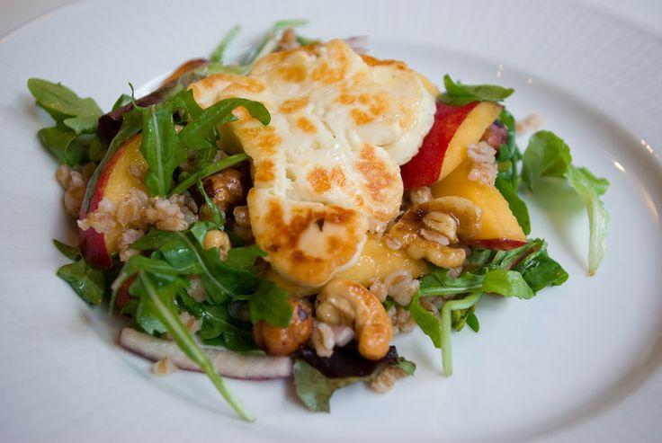 Bloggomaten: Matvetesallad med halloumi och persikor
