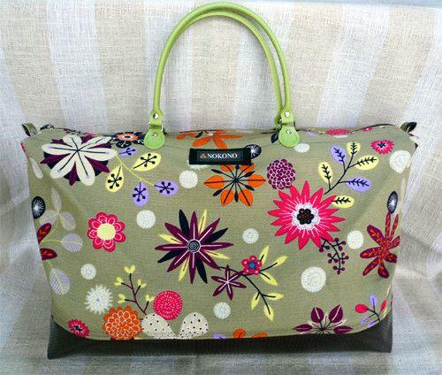 花のトートバッグと同じ素材のボストンバッグです。底部分は厚手のビニール、持ち手は革。軽くて、1泊2日の旅行に最適。姪が修学旅行に持っていきました。|ハンドメイド、手作り、手仕事品の通販・販売・購入ならCreema。