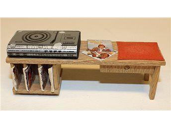 Stereobänk till dockskåp, Lisa från 1970-talet