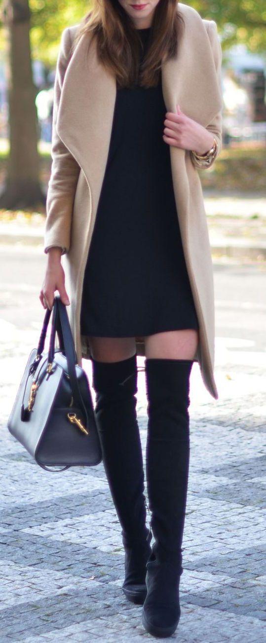 Abrigo beige Vestido negro Botas negras rodilla Otoño invierno