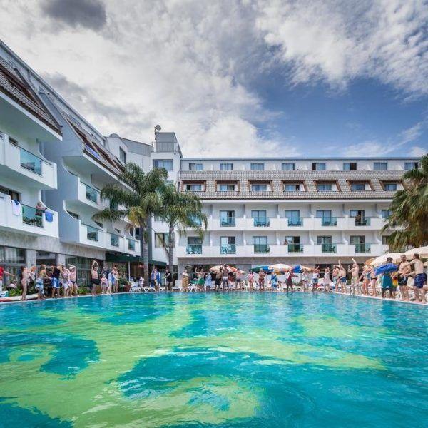 Отель Armas Resort расположен в 300 метрах от частного пляжа. Гостям отеля Armas Resort предоставляется крытый бассейн, фитнес-центр, турецкая баня, сауна и открытый бассейн с водной горкой.  В номерах: кондиционер, холодильник, телевизор. Ванная комната с душем укомплектована феном и бесплатными туалетно-косметическими принадлежностями. Номера с видом на сад. http://www.bontravel.com.ua/tours/hotel-armas-resort-kemer-turciya/  #путешествия #turkey