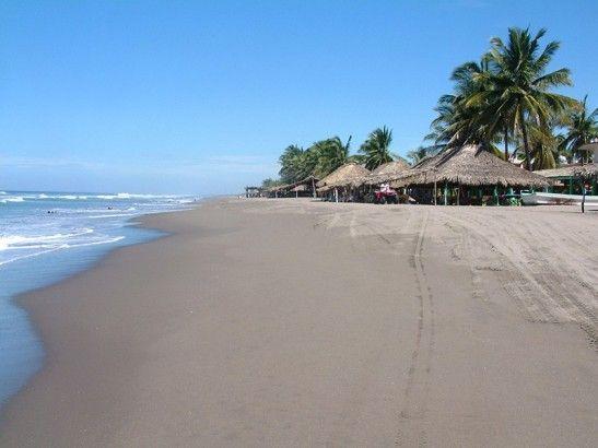 Puerto Arista, Chiapas. Puerto Arista es uno de los principales destinos de playa en Chiapas, por lo que cuenta con todos los servicios turísticos como hospedaje, restaurantes, tiendas y vida nocturna. También cuenta con un área para acampar donde se puede disfrutar mejor de sus paisajes montañosos y de vegetación exuberante.
