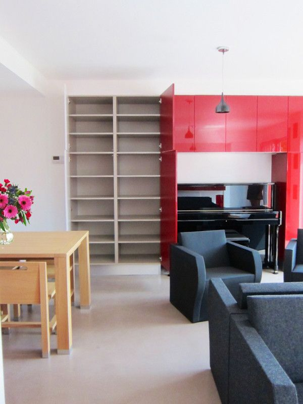 Rangements sur-mesure rouges aménagés par le magasin Arthur Bonnet de Strassen au Luxemboug