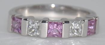 Hugo Depaepe studeerde grafische vormgeving en verdiepte zich reeds op jonge leeftijd in het  ontwerpen van juwelen. Zijn opleiding tot goudsmid in Antwerpen - vol overgave aangevat -  doorstond hij dan ook met glans. Tijdens een stage leerde een gerenommeerd goudsmid hem  de kneepjes van het vakgoudsmid juwelier diamanten ring