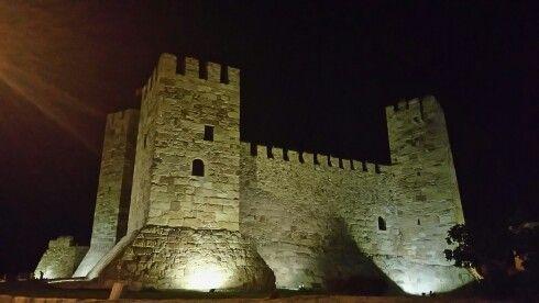 Çandarlı kalesi   Çandarlı Kalesi, İzmir'in Dikili ilçesine bağlı Çandarlı mahallesindeki bir kale. İnşa edildiği yıl tam olarak bilinmeyen kale, Cenevizliler tarafından 14. yüzyılda restore edildi.[1] Sadrazam Çandarlı Halil Paşa'nın emriyle 15. yüzyılda yeniden inşa edildi. 2009'da başlatılan son restorasyon çalışması ise 2014'te tamamlandı