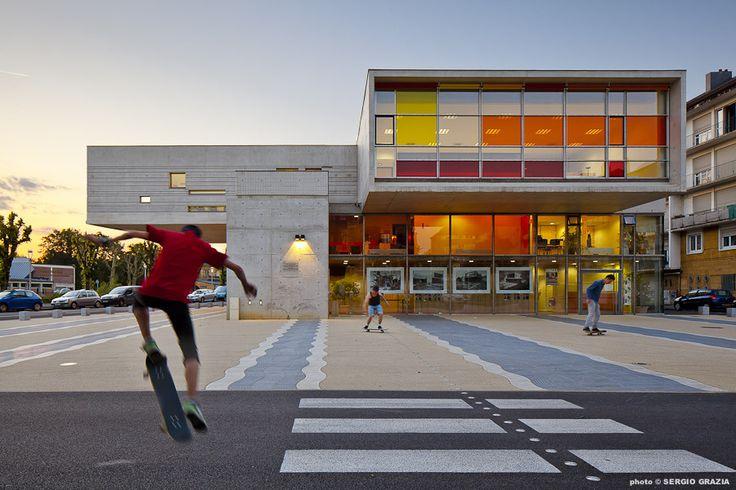 Construído na 2012 na Sedan, França. Imagens do Sergio Grazia, Felix Schoeller. O centro cultural ocupa um local privilegiado no centro da cidade de Sedan no norte da França, às margens do Rio Meuse, conformado pelos quatro...