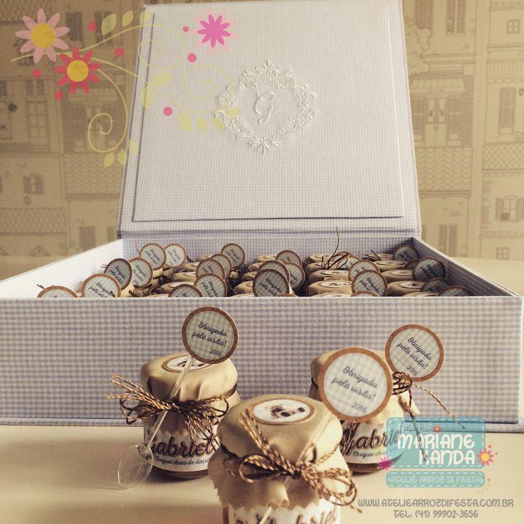 Caixa revestida de tecido com o monograma da criança para colocar as lembrancinhas de maternidade