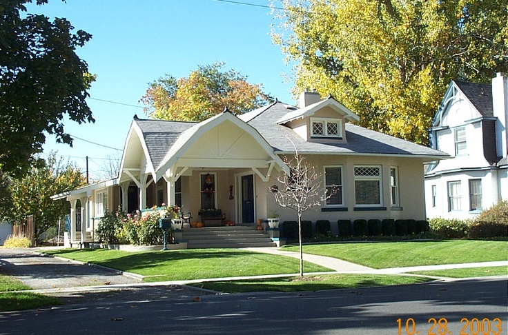love this roof.: Roof, Picket Fence, Bungalows Porches,  Pale, Craftsman Bungalows