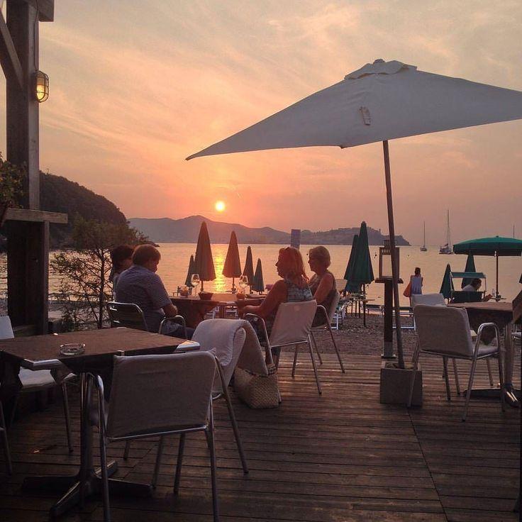 Spettacolo il tramonto su #portoferraio dalla spiaggia di #bagnaia nello scatto di @tialupin. Continuate a taggare le vostre foto con #isoladelbaapp il tag delle vostre vacanze all'#isoladelba. http://ift.tt/1NHxzN3