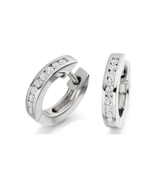 Los pendientes ARCADIA son un modelo de pendientes de diamantes tipo argolla, realizados en oro de 18 quilates y diamantes de talla brillante, engastados en un cuidado carril, que aporta elegancia a este sencillo diseño. Es una joya perfecta para lucir con cualquier tipo de peinado y ser la invitada perfecta de una boda