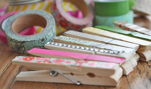 Fablouise: wasknijpers versieren met washi tape | Meer tips en ideeën: http://www.jouwwoonidee.nl/knutselen-met-wasknijpers/