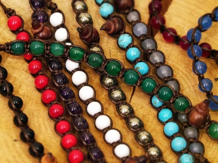 Moltitudine di braccialetti Tamashii con pietre naturali multicolori