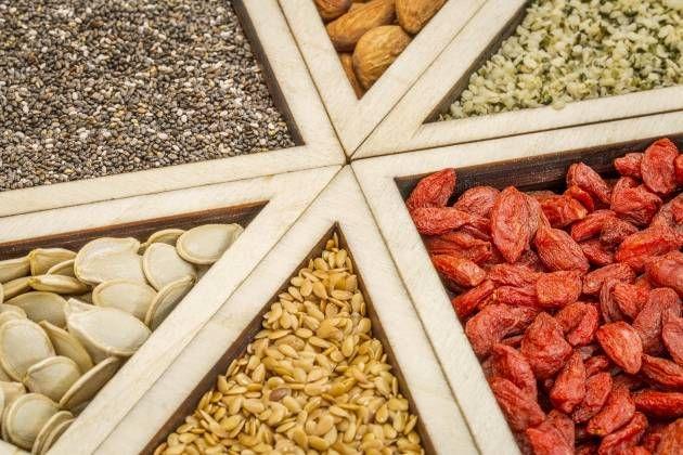 Llamamos superalimentos (superfoods) a los alimentos que contienen más nutrientes por caloría que la mayoría de los alimentos. Son, sobre todo, altos en vitaminas, minerales, antioxidantes y enzimas. A diferencia de las vitaminas sintéticas y de los complementos nutricionales, los superalimentos...