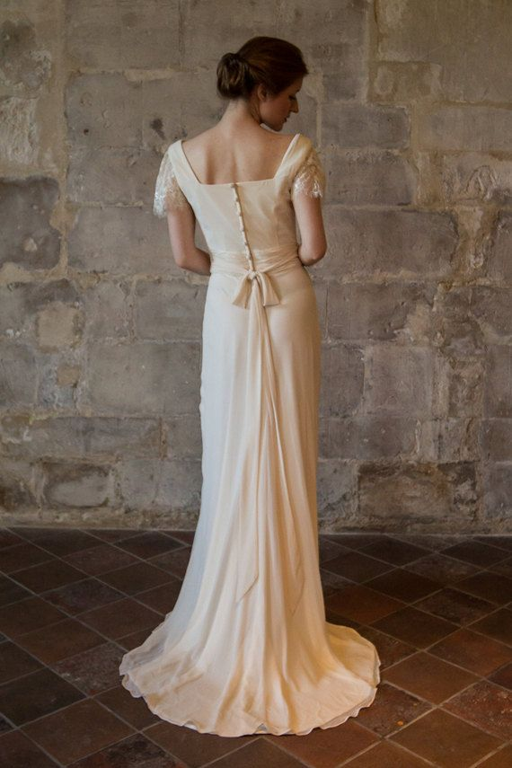 {SUR CETTE ROBE - HARRIETTE} Ce millésime des années 1930 inspiré de robe de mariée à col cheminée et long noeud papillon à larrière est