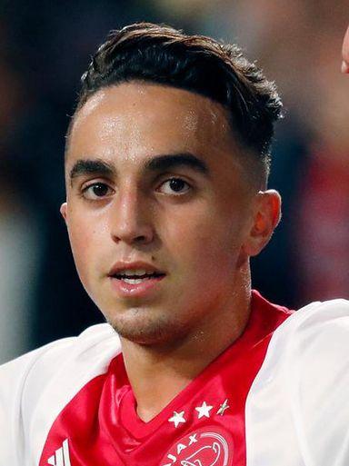 Abdelhak Nouri 02-04-1997 Nederlands-Marokkaans voetballer. Op zijn zevende begon Nouri bij de jeugdopleiding van Ajax en hij doorliep alle jeugdelftallen. Nouri werd toen hij A-junior was gezien als een van de grootste talenten uit de jeugdopleiding van Ajax. Op 8 juli 2017, tijdens een vriendschappelijke wedstrijd in Oostenrijk tegen Werder Bremen, verloor Nouri op het veld plotseling zijn bewustzijn. Ajax deelde mee dat het om hartritmestoornissen ging. https://youtu.be/mX-hP-IBNac?t=12