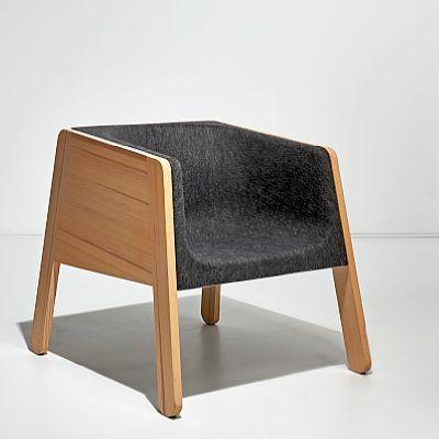 """STEINAR HINDENES / PETTER KNUTSSEN Stol """"Nord"""", prototype. 2009/2010. Furuvanger med sittedel i formpresset filt. I produksjon ved VAD AS.  På Stockholmsmessen i februar 2010 ble """"Nord"""" lansert av VAD AS med heltre furu-vanger og sitteskall i formpresset filt, med tilhørende bord. For denne modellen mottok stolen Merket for god design i 2011. For å kunne tilby en variant med bedre sittekomfort, ble det senere utviklet en løsning med formstøpte puter med stålinnlegg. Denne varianten fikk…"""