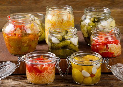 「キムチ」は日本のお隣の国、韓国で親しまれている発酵食品。世界的にみても、野菜を利用した発酵食品の例はあまり多くないそうです。キムチで最もポピュラーなものは、なんといっても白菜でしょうね?他にも色々な野菜と塩、唐辛子とにんにく、魚介塩辛などを使用して作ります。キムチは、そのままご飯と一緒に食べても美味しくいただけますが、豚肉と炒めたり、スープやチゲ鍋として楽しんだりと色々な料理に使うことができます。そしてそのキムチの素!これが各家庭での作り方があって、味の決め手とも言えますね。今回は、キムチや素(ヤンニョム)の作り方、キムチの歴史や特徴などをご紹介したいと思います。キムチの歴史キムチは、唐辛子の辛味と酸味が一番の特徴ですが、もともと本場韓国でのキムチの原型となった食べ物には、唐辛子は使用されていなかったそうです。キムチづくりは、野菜が作れない厳しい冬の間の食料として、塩漬けして保存をするのが、そもそもの始まりだったようです。この初期のころのキムチは、単純な…