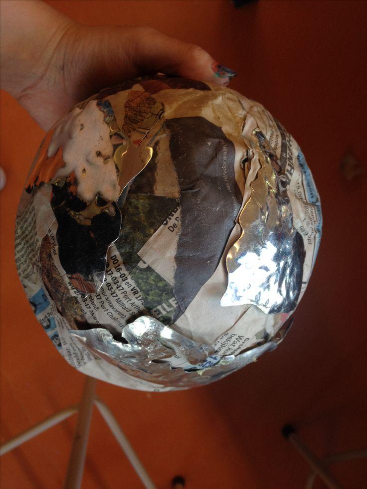 Hier is de wereldbol van papier maché en de ijzere continenten helemaal af. Ik heb de tape van het ijzer afgehaald. Ik was erg bang dat ze nog niet goed vast zaten vanwege de bolle vlakten, maar het is allemaal goed gelukt!