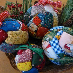 No sew quilt balls. Looks great in Christmas colours. It's a fun craft to do with the Quilt Group.